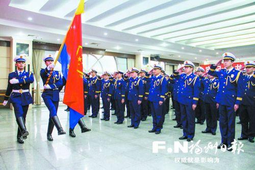 市消防救援支队举行迎旗、授衔和换装仪式。