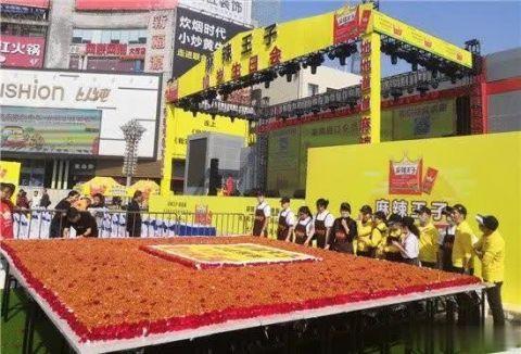 巨型辣条蛋糕亮相长沙现场图曝光 巨型辣条蛋糕到底有多大?