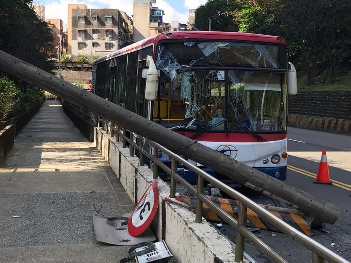臺灣一客運班車發車200米就撞電線桿幸無人受傷