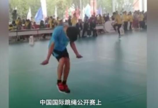 男孩跳绳1秒超7次获世界冠军 全程看不见绳子!