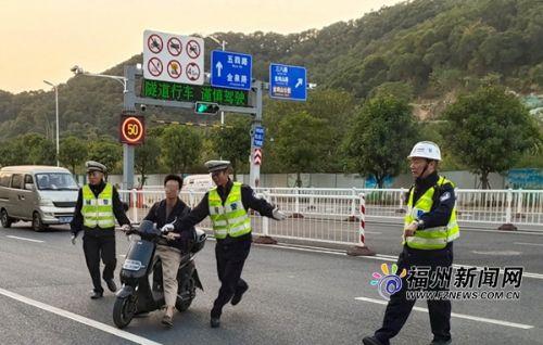 福州晋安区交警查纠非机动车闯下穿隧道 1小时内8名车主遭罚