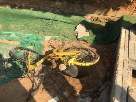 男童掉进井坑死亡原因后续 武汉10岁男孩掉下水道井坑死亡现场图 井坑仅用网铺盖无井盖谁的责任?
