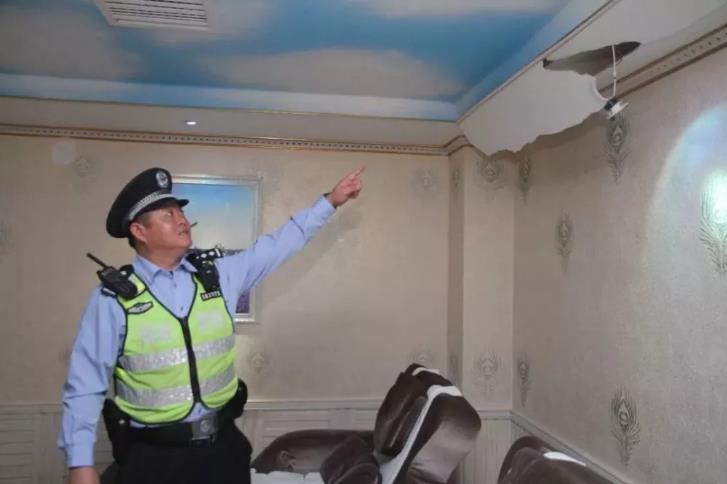 天花板掉下大蟒蛇现场图曝光吓死人 天花板为什么会掉下40斤大蟒蛇