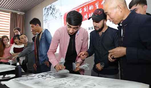 福建武夷學院:留學生體驗摩崖石刻藝術