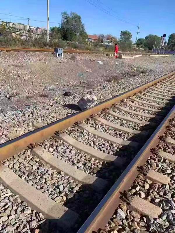 79岁大爷一路狂奔,成功救下一辆火车