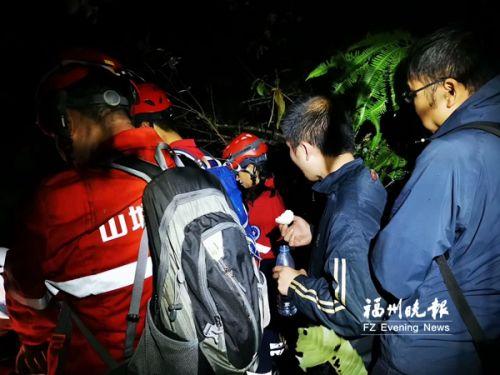 柴刀开路爬陡坡 福州志愿者夜救两名迷路驴友