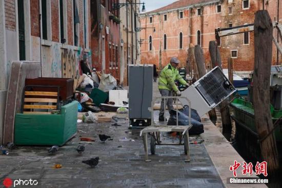 威尼斯水災文物遭殃 大批志愿者參與搶救作業