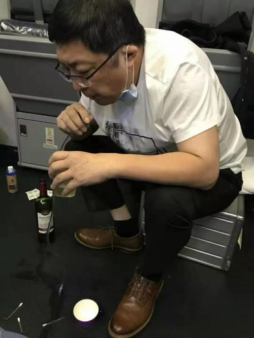 医生飞机上用嘴帮老人吸尿详细新闻介绍?医生为什么用嘴帮老人吸尿