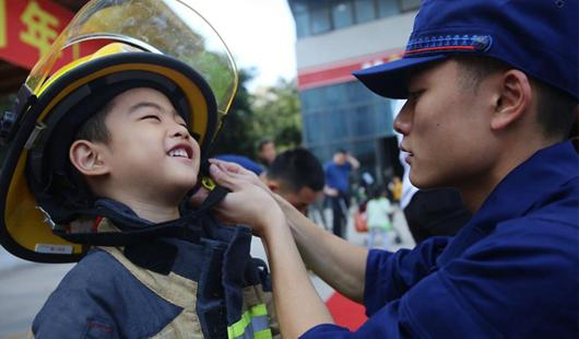 福建厦门:萌娃学消防 快乐度周末