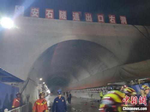 云南高速隧道口事故怎么回事?云南高速隧道口事故現場圖曝光