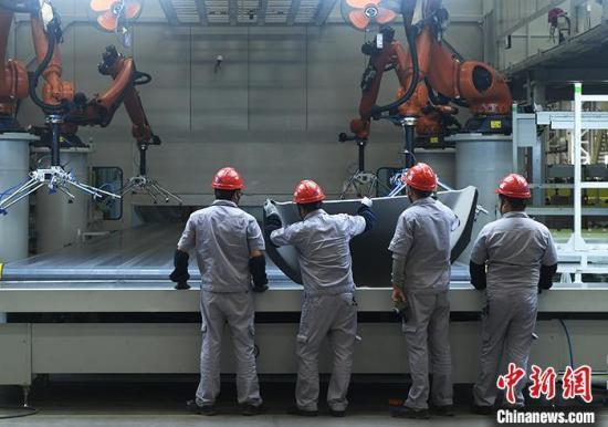 资料图:工作人员在一汽车配件生产车间内工作。 <a target='_blank' href='http://www.chinanews.com/'>中新社</a>记者 陈超 摄