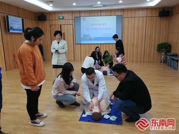 福医二院组织在泉媒体人进行急救知识培训