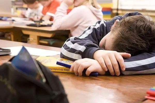 学校作业多和课外班多 8成受访家长担忧孩子睡眠不足