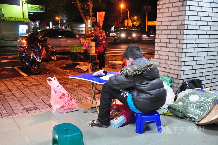 台湾一单亲妈妈穷到仅剩7台币儿子陪卖烤地瓜