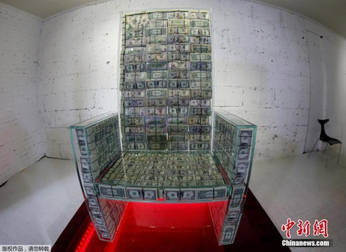 """俄艺术家土豪专座怎么回事? 俄罗斯艺术家创作""""土豪专座""""坐拥百万美钞"""