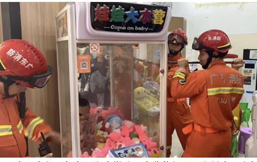 令人哭笑不得!娃娃抓娃娃被卡娃娃机 7岁男童哇哇大哭