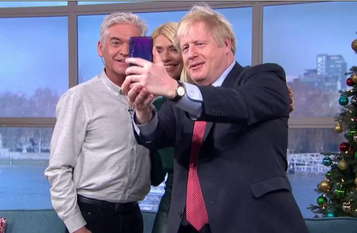英国首相持华为P20 Pro自拍 官方:非本人的手机