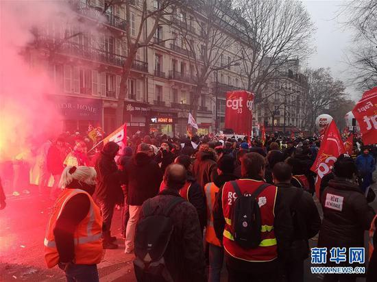 这是12月5日在法国巴黎拍摄的罢工游行现场。新华社记者 韩茜 摄