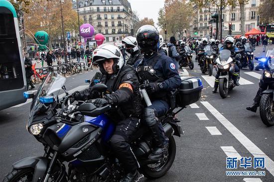 12月5日,警察在法國巴黎街頭警戒巡邏。 新華社發(奧雷利安·莫里薩爾攝)