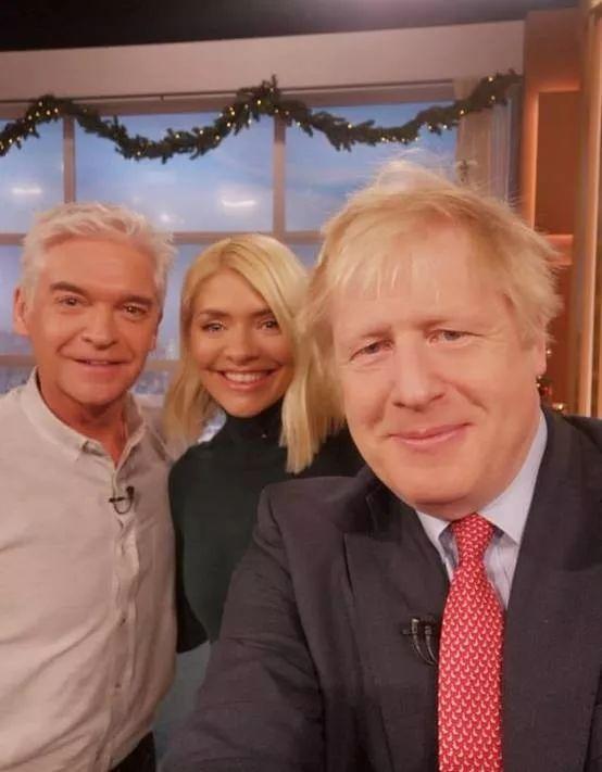 美国媒体质疑:英国首相用华为自拍是不是故意的