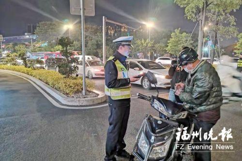 福州交警持续整治电动车违法行为 多名骑手受罚