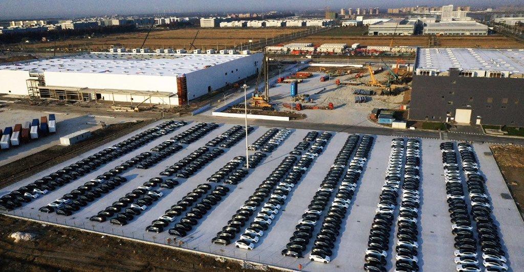 产量大涨!特斯拉上海工厂停车场停满Model 3