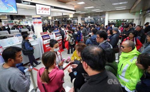 台湾远东航空暂停营运 机场柜台挤满退票民众