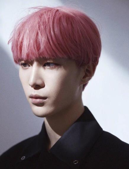 范丞丞粉色头发是怎么回事?范丞丞粉色头发造型好看吗什么样子的
