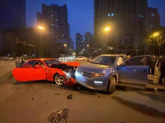 大眾車撞爛法拉利詳細新聞介紹 大眾車撞爛法拉利現場照片曝光要賠多少錢
