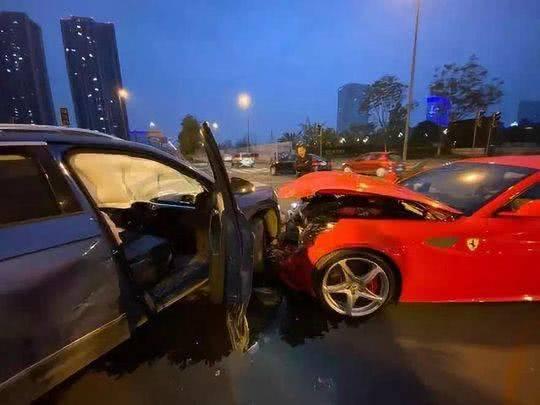 大众车撞烂法拉利怎么回事 大众车撞烂法拉利现场照片曝光要赔多少钱