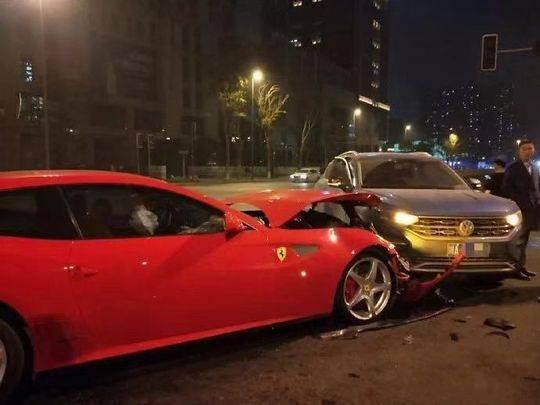大眾車撞爛法拉利是怎么回事?大眾車撞爛法拉利現場圖曝光誰的責任