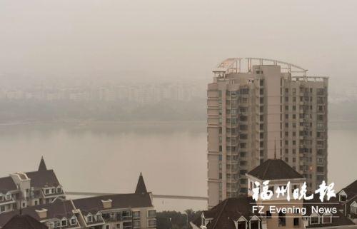 昨日,從市區高處望,遠方一片白茫茫。