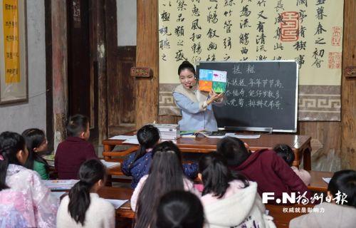 羅源潮格村,30多個本村和附近村的學生聚在古厝里,跟著老師朗誦冬至的歌謠。通訊員 黃益輝攝