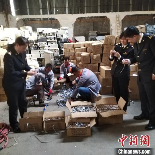 福州海關集中銷毀了一批侵犯知識產權商品?!∪~秋云 攝