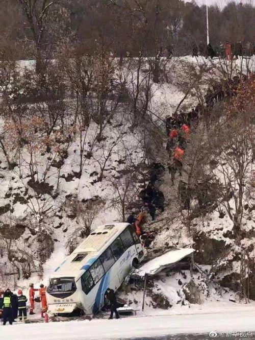 吉林一客车坠落怎么回事 详细经过事故原因有人受伤吗