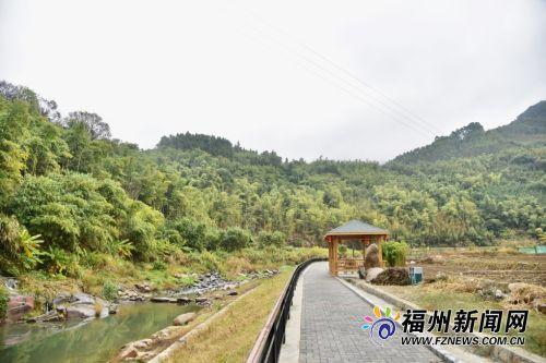 一溪一道一亭台,环绕墘面村的美丽栈道,成为村民休闲好去处。