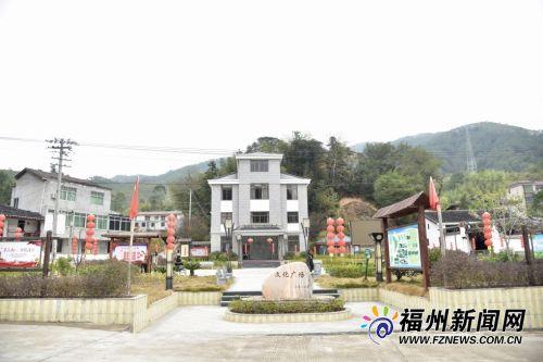在前峰村文化广场上,临时搭盖的猪圈、鸡舍变身老人活动中心,深受村民欢迎。