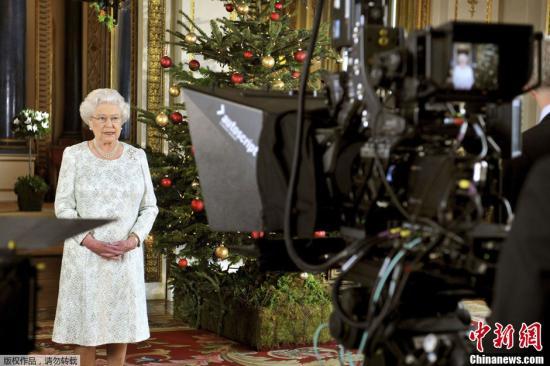 充满坎坷!英女王圣诞致辞将如何怪�B同�映�火��迎了上去概括英国这一年