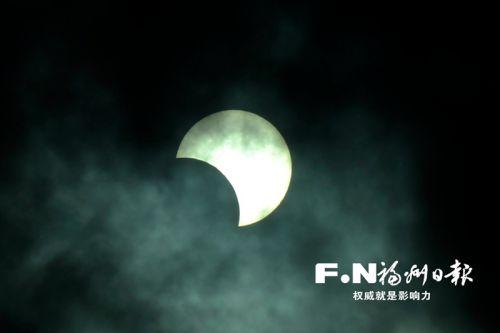 26日,天空上演日食。记者 池远 摄