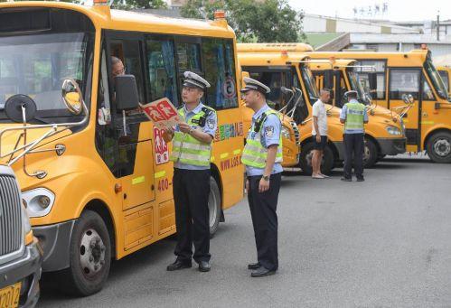 开学季,公安交警对校车进行安全检查(福州交警供图)
