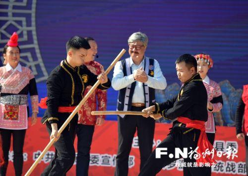 非物質文化遺產傳承人向游客展示畬家拳。劉其燚 攝