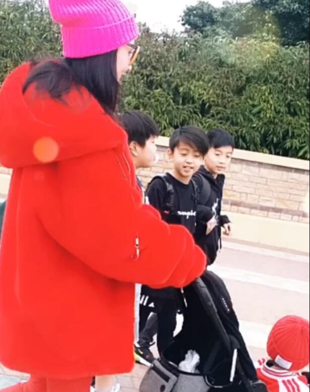 张柏芝带三儿子逛街 亲子装同框画面太过温馨【图】