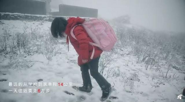 6岁孩子走6万步山路上学,打着火把手电出门,大多数是留守儿童