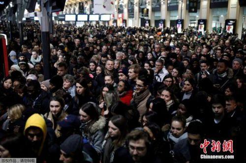 """法国大罢工将满月:毫无""""退烧""""迹象 警民再起冲突"""