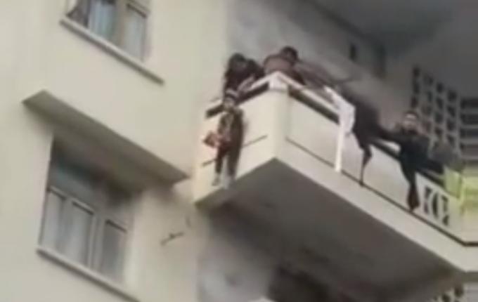老人用绳吊7岁孙子下楼救猫现场照片视频曝光 老人为何这样做太危险了