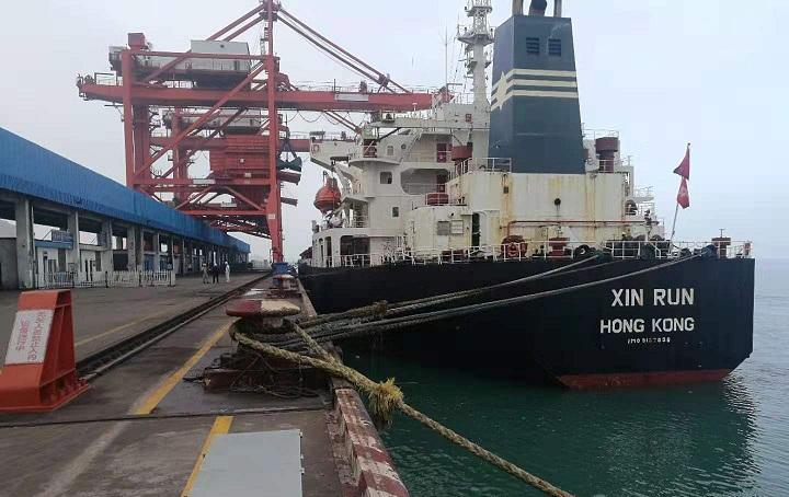 福州罗源湾港首艘7万吨级船舶夜航顺利靠泊
