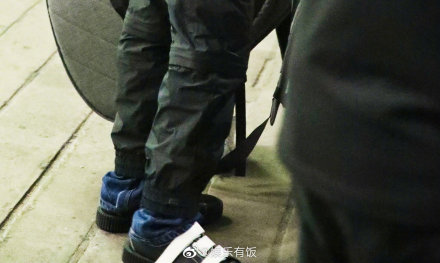 王俊凯裤子里面穿牛仔裤怎么回事?王俊凯裤子里面为什么穿牛仔裤