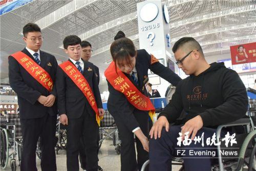福州火車站工作人員學習操作輪椅。