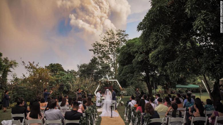 菲律賓火山噴發具體什么位置危險么? 新婚夫婦淡定成婚組圖一覽