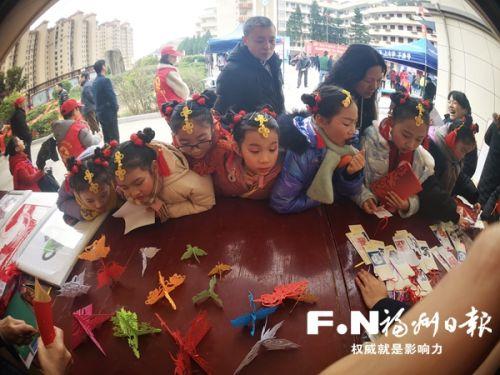 孩子们参与剪纸活动。连江县委宣传部供图